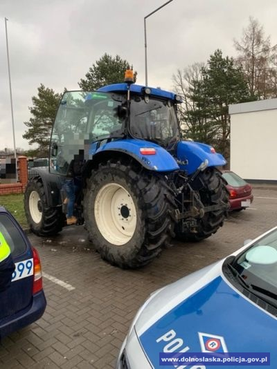 Nietrzeźwy traktorzysta przyjechał ciągnikiem po alkohol